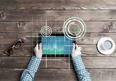 有片剂设备咖啡杯的企业工作场所和媒介图表和图 库存照片