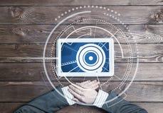 有片剂设备的企业工作场所木表面上和媒介连接 免版税库存照片