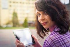 有片剂读书的少妇 库存图片