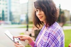 有片剂读书的少妇 免版税库存照片