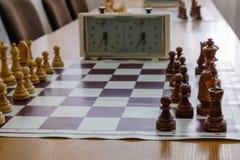 有片断的在木书桌上的棋盘和时钟与棋比赛相关 免版税图库摄影