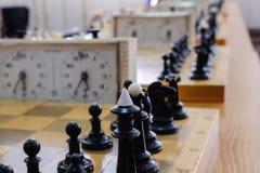 有片断的在木书桌上的棋盘和时钟与棋比赛相关 免版税库存照片