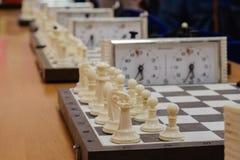 有片断的在木书桌上的棋盘和时钟与棋比赛相关 库存图片