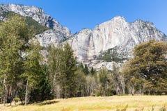 有版本记录的优胜美地Cliffside从瀑布 库存图片