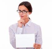 有牌的冷漠的深色的女实业家 免版税库存照片