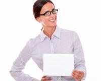 有牌的微笑的愉快的女实业家 库存照片