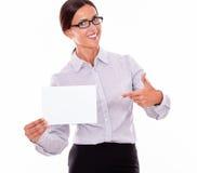 有牌的激动的深色的女实业家 免版税库存照片