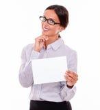 有牌的满意的深色的女实业家 免版税图库摄影