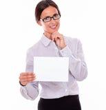 有牌的满意的深色的女实业家 免版税库存照片
