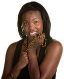 有牙买加项链的愉快的妇女 免版税库存图片