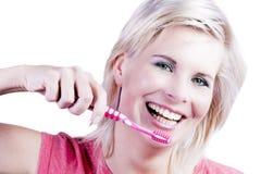 有牙关心的可爱的白肤金发的女孩。 免版税图库摄影