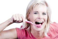 有牙关心的可爱的白肤金发的女孩。 免版税库存图片