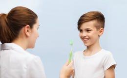 有牙刷和愉快的男孩的医生诊所的 库存照片