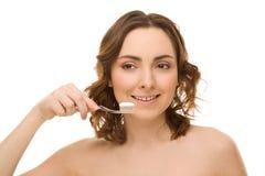 有牙刷和牙膏的妇女 免版税库存图片