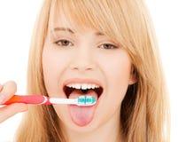有牙刷的十几岁的女孩 库存照片