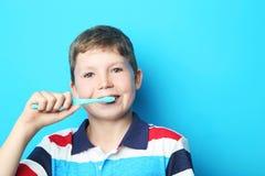 有牙刷的年轻男孩 库存照片