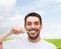 有牙刷的微笑的年轻人 库存图片