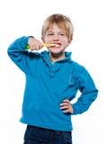 有牙刷的白肤金发的男孩 库存图片