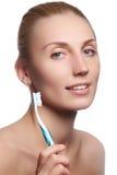 有牙刷的美丽的妇女 牙齿保护背景 在显示牙刷的少妇的特写镜头 美丽的妇女年轻人 免版税库存照片