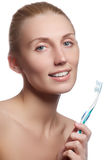 有牙刷的美丽的妇女 牙齿保护背景 在显示牙刷的少妇的特写镜头 美丽的妇女年轻人 库存图片