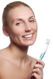 有牙刷的美丽的妇女 牙齿保护背景 在显示牙刷的少妇的特写镜头 美丽的妇女年轻人 免版税库存图片