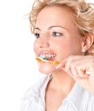有牙刷的美丽的妇女 免版税库存照片