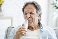有牙敏感性的老人 免版税库存图片