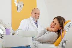 有牙痛的女性病人在牙医办公室 免版税图库摄影