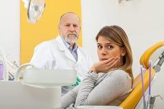 有牙痛的女性病人在牙医办公室 免版税库存图片