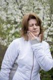 有牙痛的妇女在自然 免版税库存图片