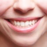 有牙的愉快的微笑的妇女 免版税库存图片