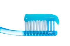有牙膏的一把牙刷在白色背景 免版税库存照片