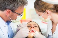 有牙医的-牙齿治疗患者 库存照片