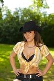 有牛仔帽的傲慢看起来的深色的妇女 免版税库存照片