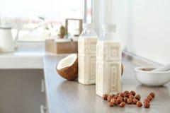 有牛奶替代品和坚果的瓶 库存图片