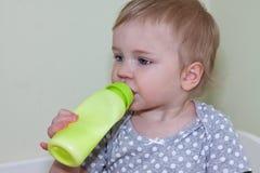有牛奶瓶的孩子 免版税库存图片