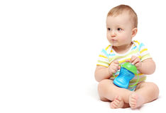 有牛奶瓶的男婴 免版税图库摄影