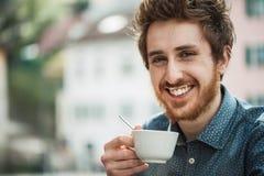 有牛奶髭的滑稽的人 免版税库存照片