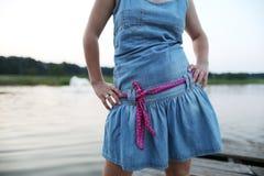 有牛仔布礼服的女孩 免版税库存图片