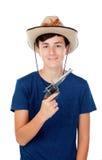 有牛仔帽和枪的少年男孩 免版税库存图片