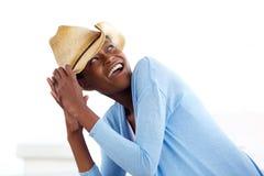 有牛仔帽的可爱的年轻非洲妇女 免版税库存图片