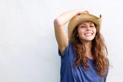 有牛仔帽的微笑的少妇 库存照片