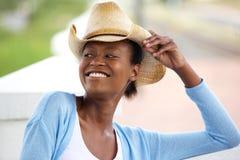有牛仔帽的微笑的非洲妇女 免版税库存图片