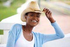有牛仔帽的微笑的年轻非洲妇女 免版税库存照片
