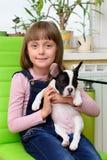 有牛头犬小狗的女孩 免版税库存照片