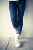 有牛仔裤的时尚妇女 库存照片