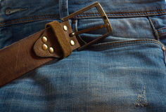 有牛仔裤的皮革棕色传送带 库存图片