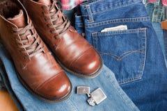 有牛仔裤的鞋子 免版税库存图片