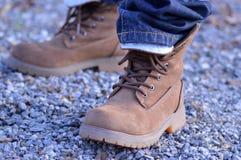 有牛仔裤的登山家鞋子 库存图片