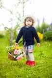 有牡丹和玫瑰篮子的小孩女孩  库存图片